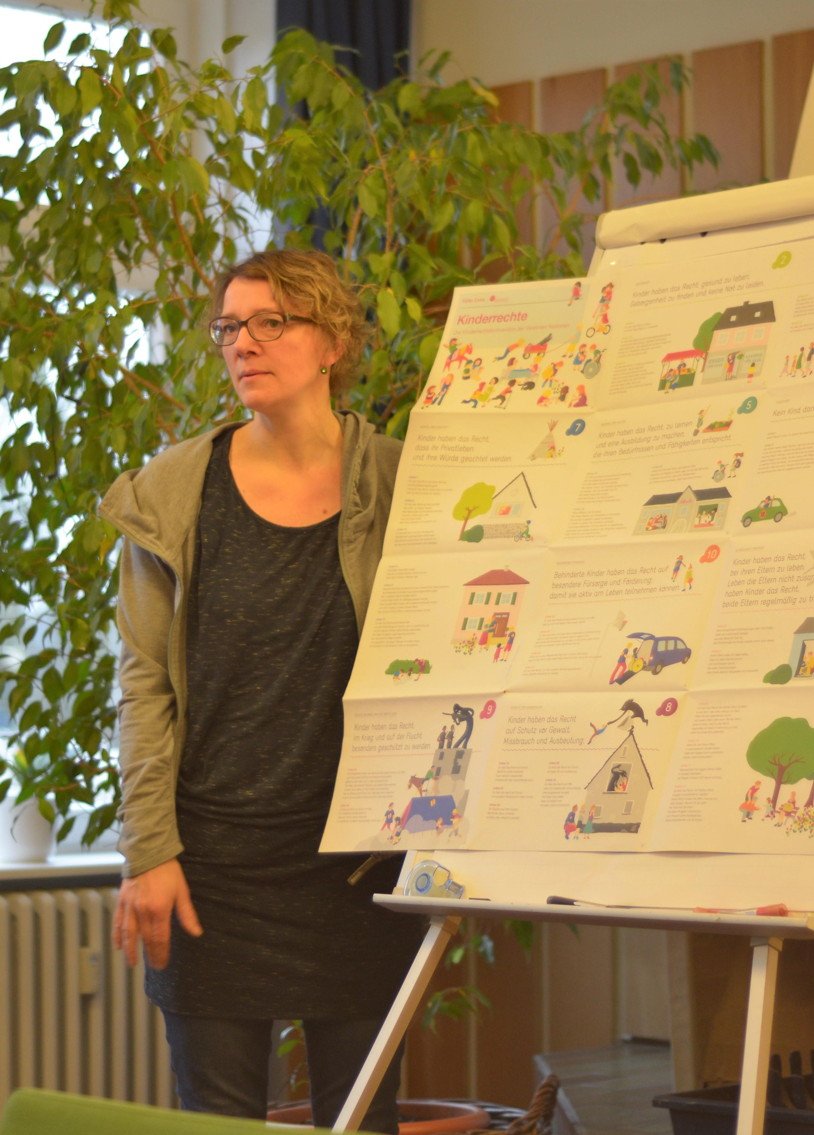 Nachdem wir in einer Übung bereits Ideen zu den Bedürfnissen von Kindern sammelten, gibt unsere Dozentin uns einen Überblick über die Kinderrechte